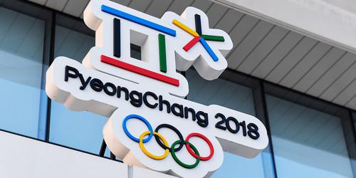 Русским олимпийцам нехватает новейшей формы. Они заклеивают государственную символику настарой